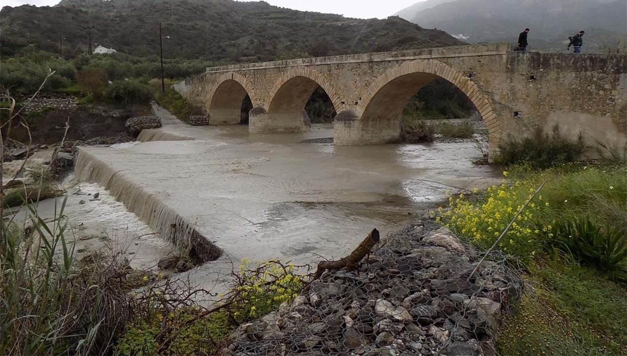 Κινδυνεύει η 100 ετών μνημειακή παλιά γέφυρα του Μύρτου