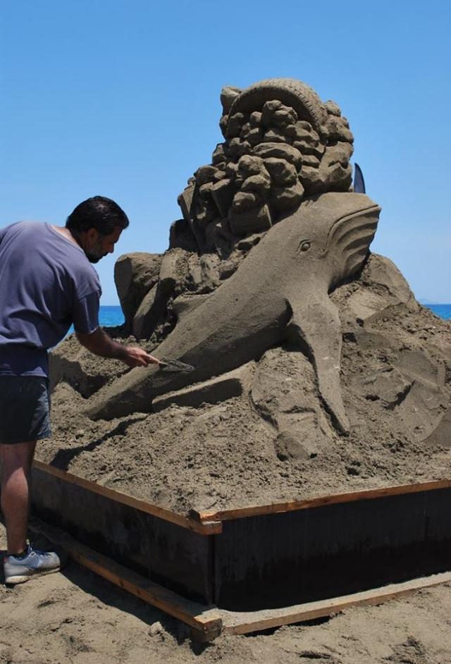 Ηράκλειο: Δημιουργώντας βήμα - βήμα ένα γλυπτό στην άμμο (φωτο)