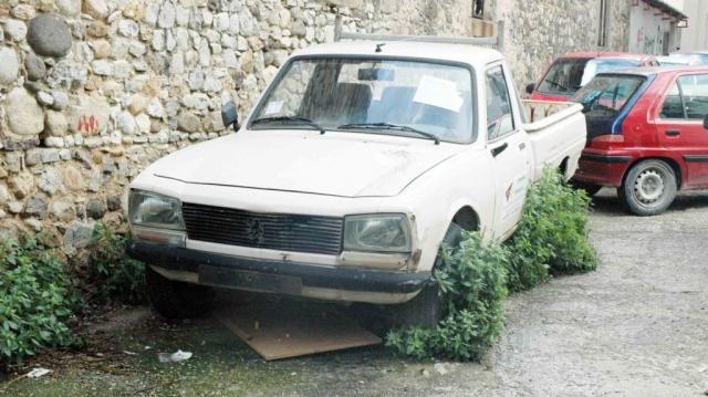Τους προειδοποιούν για τα εγκαταλελειμμένα αυτοκίνητα