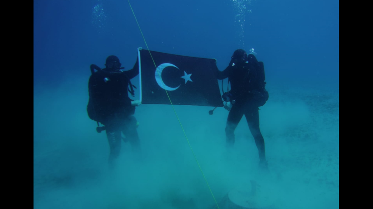 Φωτογραφήθηκαν με τουρκική σημαία στο βυθό της Σούδας
