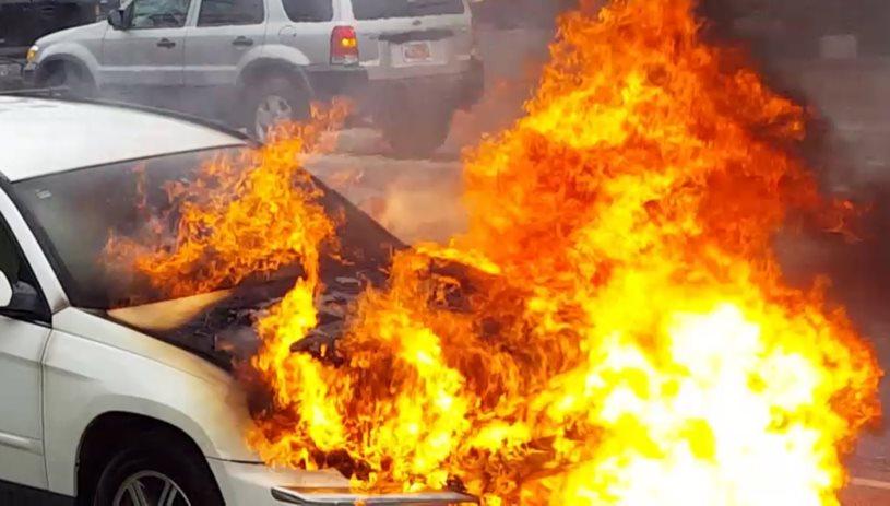 Tυλίχθηκε στις φλόγες αυτοκίνητο στο Ηράκλειο