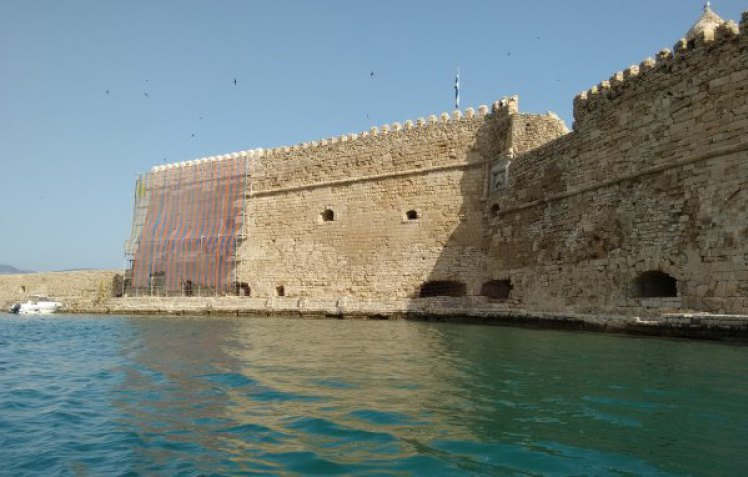 Αποκαρδιωτικές εικόνες: Τα κύματα δημιούργησαν «πληγές» στα Τείχη
