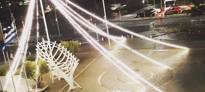 Μύρισε Χριστούγεννα στη Θεσσαλονίκη: Φωτίστηκε το καραβάκι του δημαρχείου
