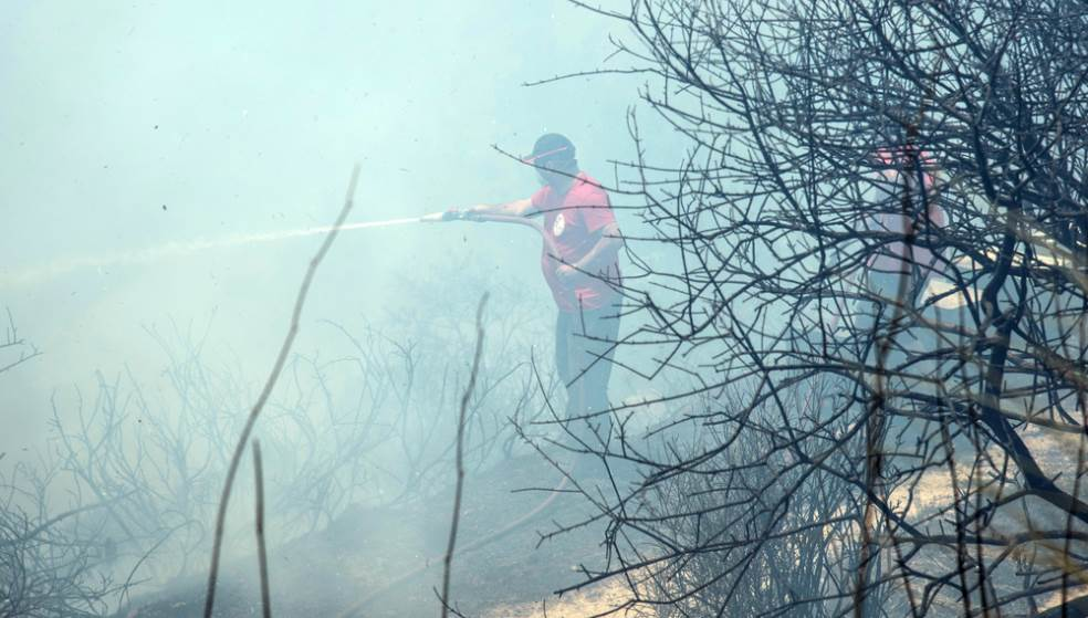Υμηττός: Μάχη με τις φλόγες από 141 πυροσβέστες - Εκκενώθηκαν σπίτια
