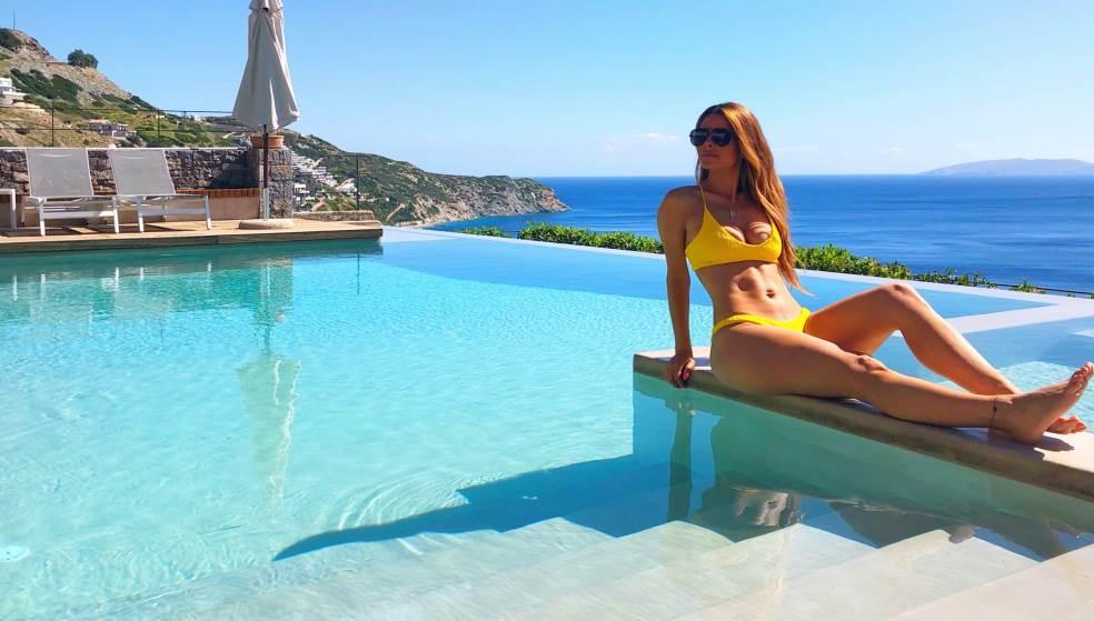Η Μαρία Μενούνος στην Κρήτη - Κόβει ανάσες το καλλίγραμμο κορμί της