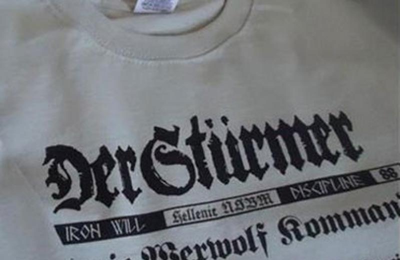 Αποβλήθηκε από το δημοτικό συμβούλιο νεαρός που φορούσε μπλούζα με ναζιστικό σύμβολο