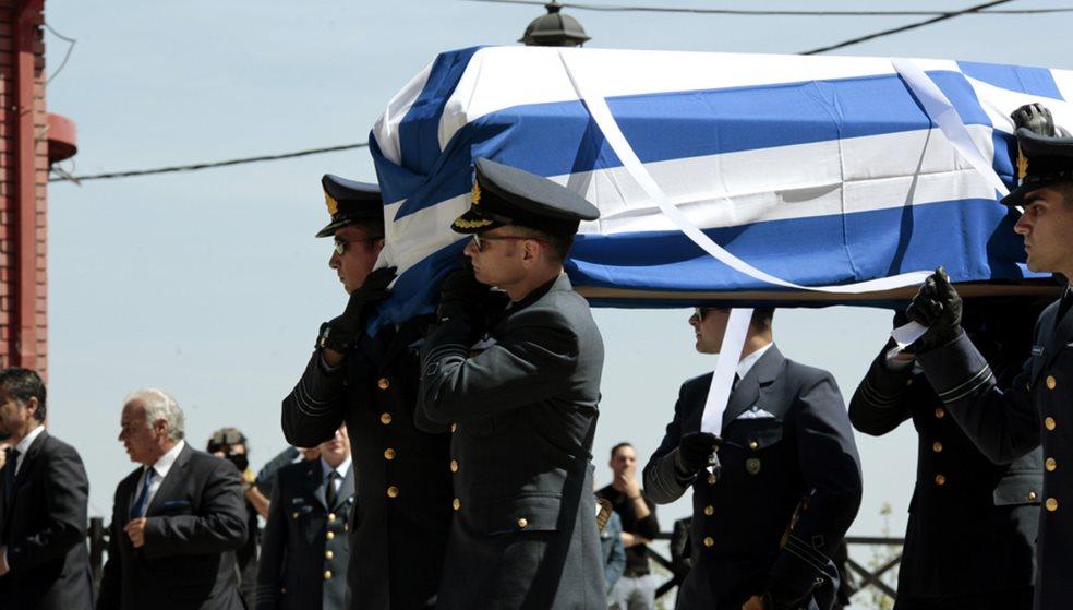 Τυλιγμένη με τη γαλανόλευκη σημαία η σορός του σμηναγού - Λιποθυμία στην κηδεία