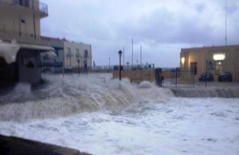 Πλημμύρισε (ξανά) το λιμάνι του Ρεθύμνου - Αυτοκίνητο έπεσε στη θάλασσα! (pics)