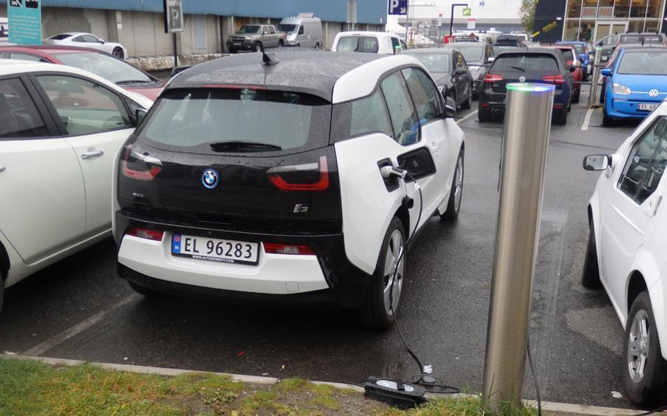 Οταν τα ηλεκτρικά αυτοκίνητα απειλούν ανοικτά την παγκόσμια πετρελαιοβιομηχανία