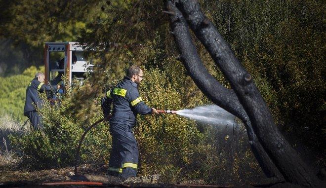Οι δύσκολες στιγμές της κατάσβεσης της πυρκαγιάς στο εργοστάσιο ανακύκλωσης χαρτιού