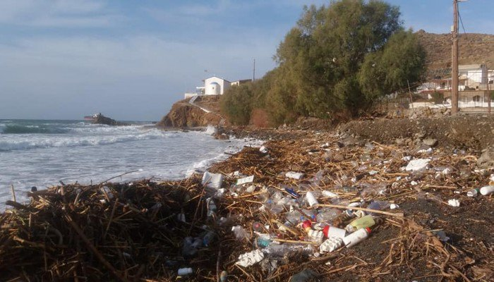 Γέμισε σκουπίδια παραλία στη νότια Κρήτη που ξεβράστηκαν λόγω κακοκαιρίας-φωτογραφίες