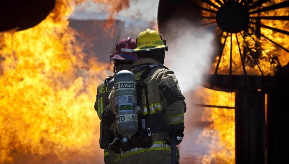 Στις φλόγες κατάστημα κατασκευής επιγραφών