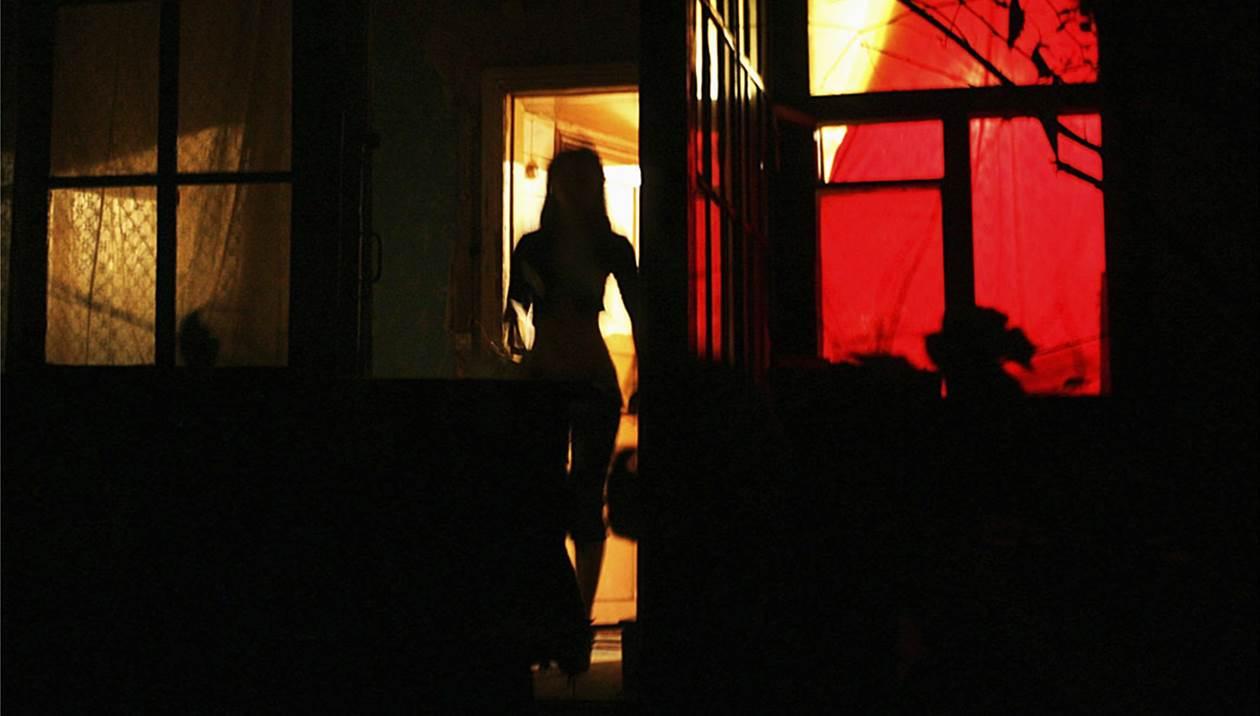 «Ήρωες»: Επέτρεψε στη γυναίκα του να γίνει πόρνη λόγω κρίσης