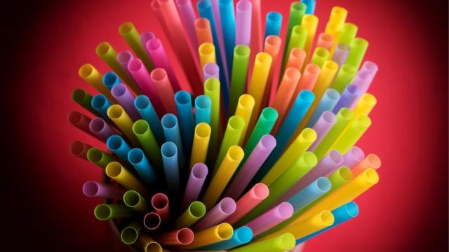 Η Κομισιόν απαγορεύει 10 πλαστικά προϊόντα που μολύνουν τις θάλασσες