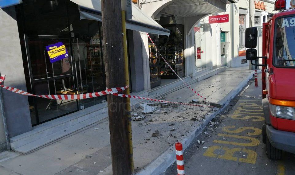 Κρήτη: Κατέρρευσε μπαλκόνι στο κέντρο ενώ ο κόσμος περνούσε από κάτω