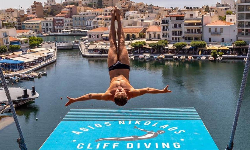 Με φλεγόμενη βουτιά έκλεισε το «Agios Nikolaos Cliff Diving 2018»