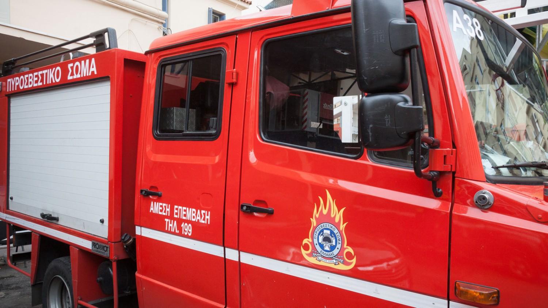 Στις φλόγες τυλίχθηκε φορτηγό που προκάλεσε σημαντικές ζημιές