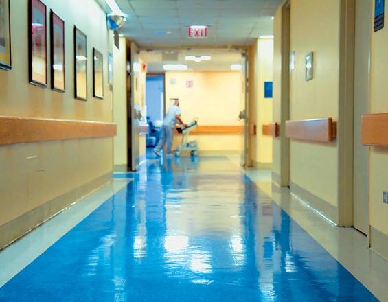 Κρήτη: Ξηλώνουν μετά από 18 χρόνια τα δάπεδα του νοσοκομείου