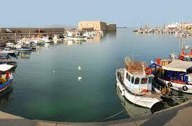 Ολονύχτια επιχείρηση στο Ενετικό Λιμάνι Ηρακλείου για τη θαλάσσια ρύπανση