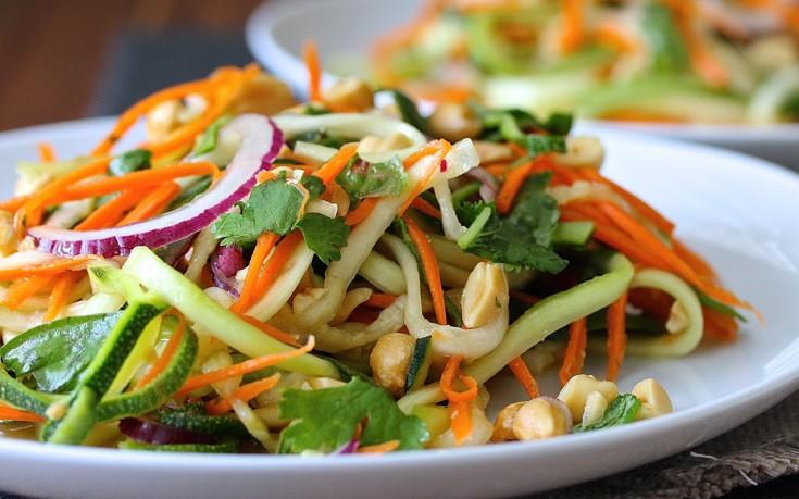 Σαλάτα με κολοκυθάκια, καρότο και κρεμμύδι