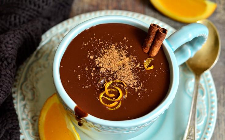 Ζεστό ρόφημα σοκολάτας με άρωμα πορτοκάλι