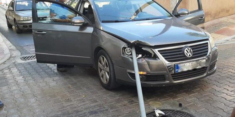Πινακίδα καρφώθηκε στο… φανάρι αυτοκινήτου