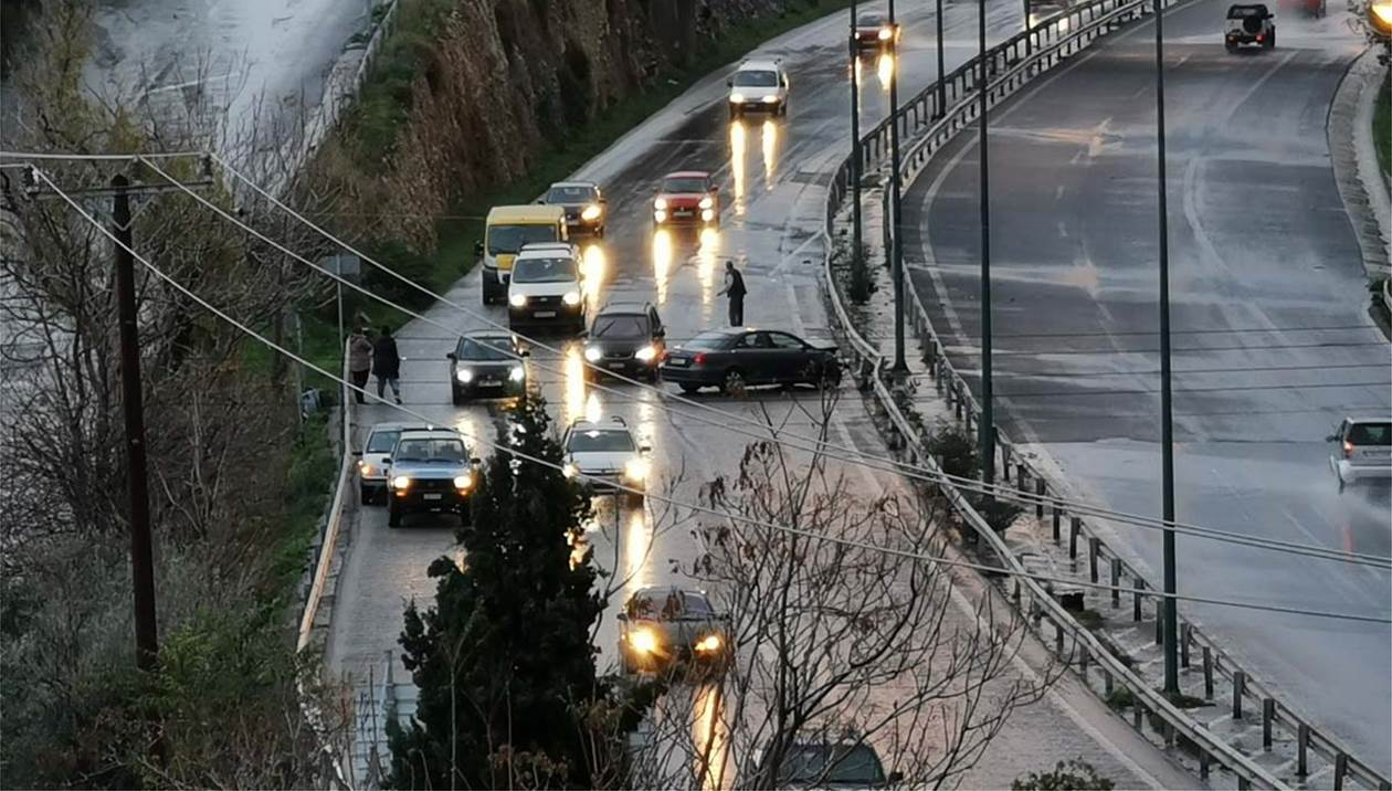 Τροχαίο στην Εθνική - Έχασε τον έλεγχο ο οδηγός και συγκρούστηκε στις μπάρες
