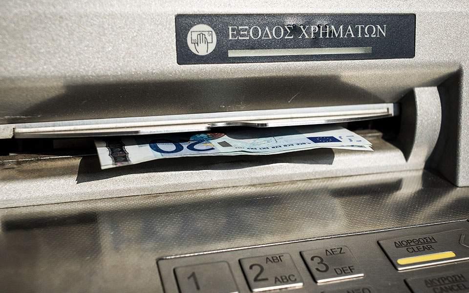 Στα 2.300 ευρώ το μηνιαίο όριο ανάληψης μετρητών