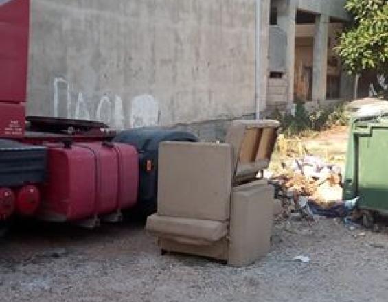 Ηράκλειο: Σκουπίδια, λακκούβες και κατσαρίδες σε μια γειτονιά στην Αμμουδάρα (φωτο)