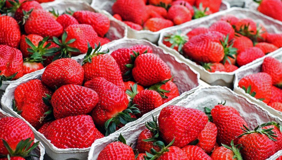 Σοκ στην Αυστραλία: Βρήκαν καρφίτσες μέσα σε φράουλες