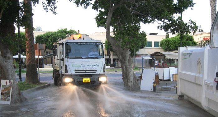 Διπλή βάρδια στο πλύσιμο των δρόμων από την Υπηρεσία Καθαριότητας