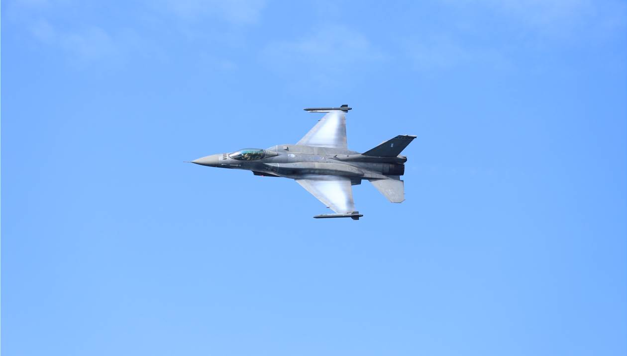 Eντυπωσίασε αλλά και... ανησύχησε τον κόσμο, μαχητικό F-16 /video