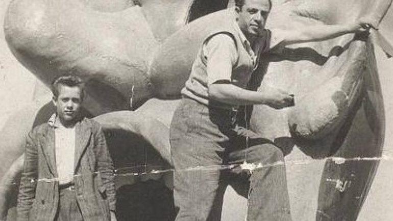 Ετοιμάζοντας το βασιλιά του Καρναβαλιού πριν 66 χρόνια