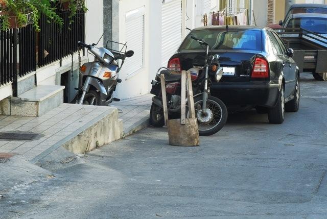 Μαζεύουν γλάστρες και καφάσια που τοποθετούνται για την παράνομη εξασφάλιση θέσης στάθμευσης