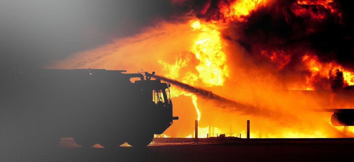 Συνεχίζονται οι έρευνες της Πυροσβεστικής για τη φωτιά στα βαριά οχήματα