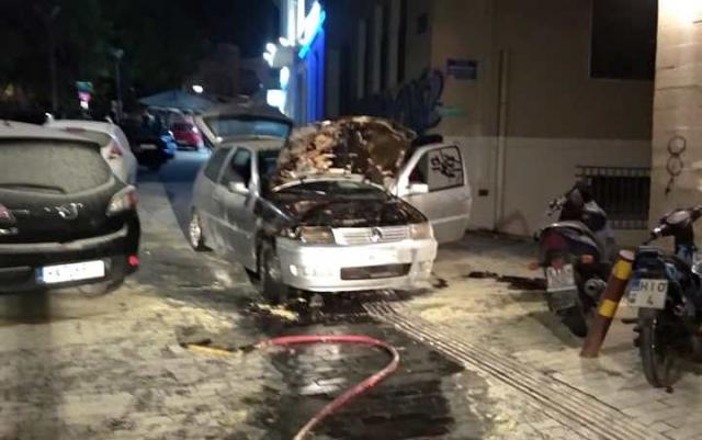 Αυτοκίνητο πήρε φωτιά στο κέντρο του Ηρακλείου! (φωτογραφίες)