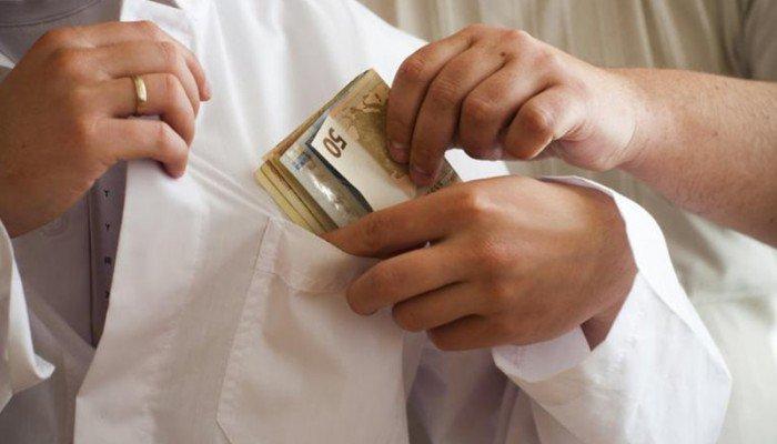 Ένα έτος φυλάκιση με αναστολή & πρόστιμο 5.000 ευρώ σε γιατρό για φακελάκι
