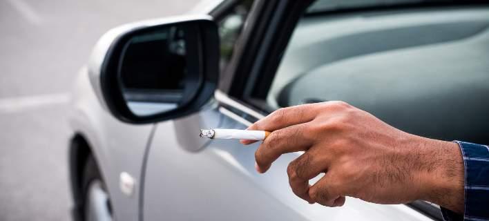 Το τσιγάρο «άναψε»… φωτιά στην άκρη του δρόμου