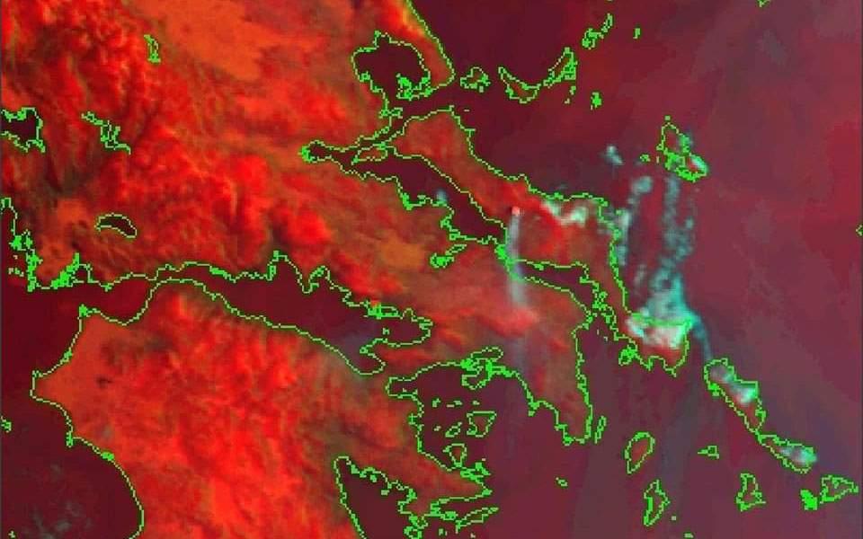 Η φωτιά στην Εύβοια όπως φαίνεται από δορυφόρο