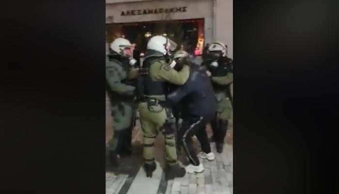 Η στιγμή της σύλληψης του Κρητικού λυράρη Κ. Γοντικάκη από τα ΜΑΤ (βίντεο)