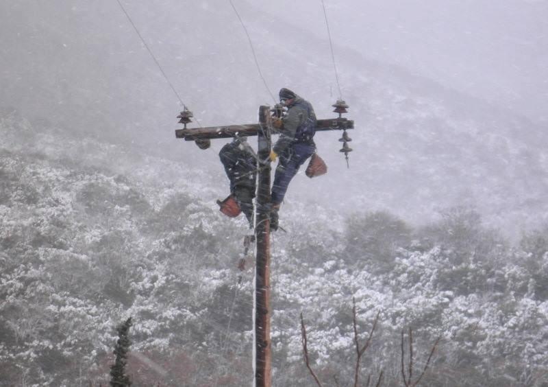 Εκατοντάδες εργαζόμενοι στην Κρήτη είναι «παντός καιρού»- Με αυτοθυσία απέναντι στο χιονιά