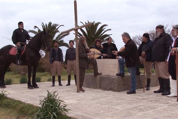 Ψαραντώνης από τάφο Καζαντζάκη τραγουδά: «Πότε θα κάνει ξαστεριά» για τη Μακεδονία