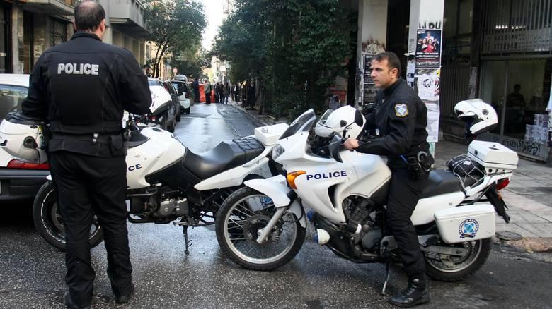 Ενας αστυνομικός κατέληξε στο νοσοκομείο όταν έπεσε πάνω του μια...μηχανή