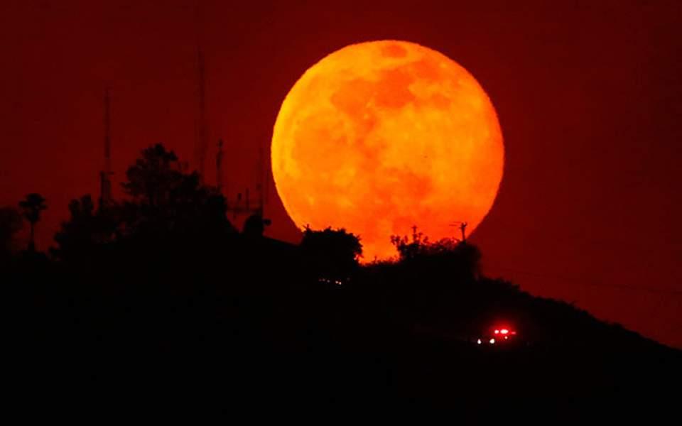 Ερχεται την Παρασκευή το μεγαλύτερο «ματωμένο Φεγγάρι»