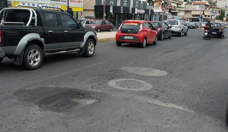 Μια λακκούβα που προκαλεί ζημιές... σε Ηρακλειώτες οδηγούς (pics)