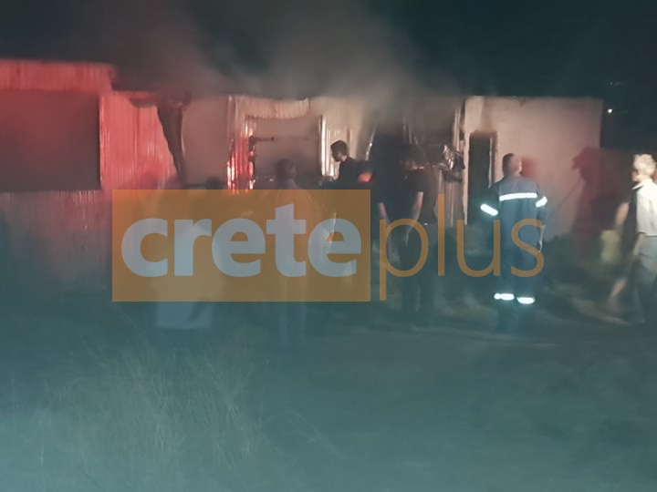 Ξέσπασε φωτιά σε αποθήκη στο Φουρνοφάραγγο με εύφλεκτα υλικά! (pics)