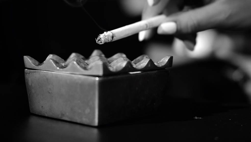 Εικόνες σοκ και… θερμά επεισόδια για τον αντικαπνιστικό νόμο