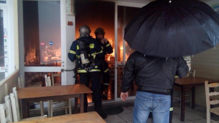 Άρπαξε φιάλη υγραερίου σε καφενείο - Συναγερμός στην Πυροσβεστική