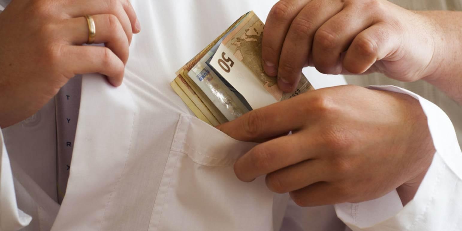 Σύλληψη γιατρού με «φακελάκι»: Ζήτησε 2.000 ευρώ για το χειρουργείο