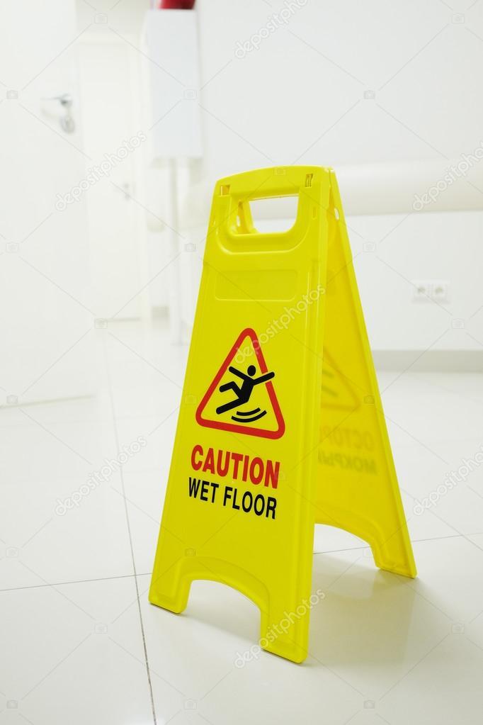 Τουρίστας έπεσε λόγω... υγρασίας στο αεροδρόμιο Ηρακλείου